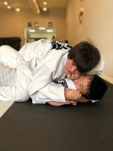 Jaelen working for armlock on his training partner in de kids Jiu-Jitsu class